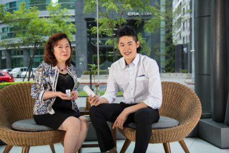 母親李雪吟在專業級市場上推廣婕緹施(JT Plus+)品牌,獲得好口碑。(莊孟翰/大紀元)