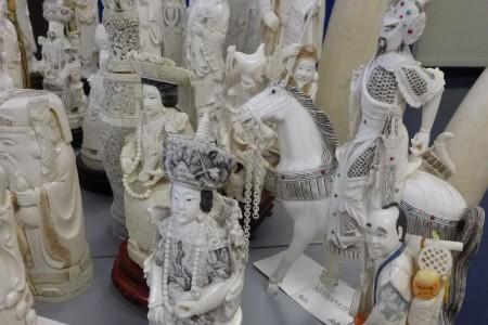 象牙制品充满东方色彩,做工十分精美繁复,价格从10万(小件)到85万美元(大件)。