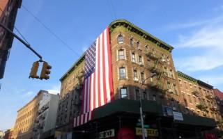 这面巨型国旗,几乎占了半个楼面,楼下装修的鹰架板也配合着刷上了红白相间的条纹。 (蔡溶/大纪元)