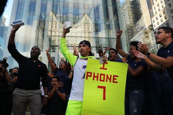 在纽约曼哈顿的一家苹果店外,首批买到iPhone 7的顾客。 (Spencer Platt/Getty Images)