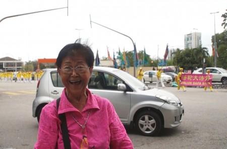 當地老居民黃女士十分開心看到法輪功的遊行。(明慧網)