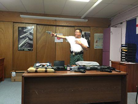 纽约华埠射击技术研究会射击教练梁权达给大家演示用枪安全事项。 (施萍/大纪元)