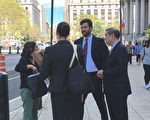 出庭後,吳立勝和尹川的律師在南區法庭外商談。 (鐘鳴/大紀元)