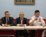 市警五分局7日在中华公所恢复举行警民会议,局长吴铭恒(右一)通报过去一个月辖区内的总体犯罪率。 (大纪元图片)