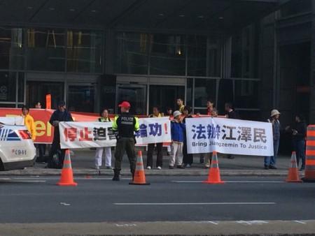 蒙特利尔法轮功学员在中共国务院总理李克强下榻的酒店门前打出横幅。(蒋真/大纪元)