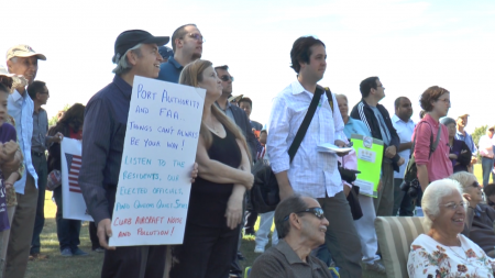 抗议飞机噪音的民众。