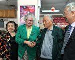 史塔文斯基(右二)到福壽老人中心謝票,右一為中心主任王能,右二為102歲選民侯奇琛,左一為中心老人委員會主席羅一玲。 (林丹/大紀元)