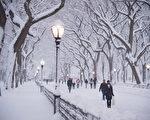 纽约中央公园的灯柱除了照明功能之外,其暗藏的数字密码也可以标示其位置所在。(戴兵/大纪元)