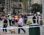 纽约民众在爆炸案现场外围围观。(Getty Images)