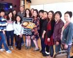 英語發音班的畢業,李老師(前左3)、梁老師(後左3)和舊金山第9區市議員助理暨候選人盧凱莉(Hillary Ronen,前左4)一同與部分同學聚會。(舊金山市社區資源中心提供)