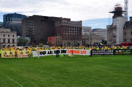 加拿大东部数百法轮功学员汇集渥太华,在国会山前的草坪上,祥和炼功,呼吁加中现任领导人,关注中共对法轮功学员的迫害。(周行/大纪元)