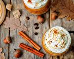 秋日裡,點上一杯南瓜拿鐵咖啡(pumpkin spice latte)是一大時尚。(Shutterstock)