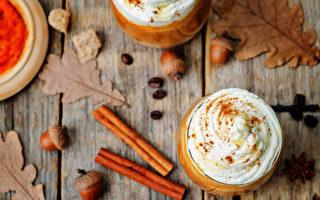 秋日里,点上一杯南瓜拿铁咖啡(pumpkin spice latte)是一大时尚。(Shutterstock)