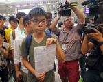 黄之峰(5日)下午被遣返回港,在香港机场展示泰国入境部门发给他一份文件。(潘在殊/大纪元)