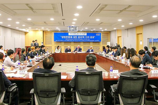 10月13日,加人权律师大卫·麦塔斯和美独立调查记者伊森·葛特曼应邀来到韩国国会,与部分韩国议员、医学·法学系的大学生及媒体人士观看纪录片《活摘》,并探讨了解决方案。(全景林/大纪元)