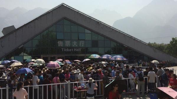 据报道,陕西华山主峰突发8-9级大风,索道停运致大批旅客深夜滞留山顶。(网络图片)
