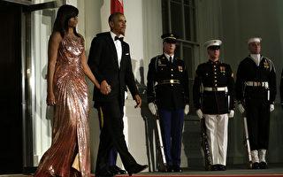 美国第一夫人蜜雪儿穿着一袭裙长及地的玫瑰金礼服,出席丈夫总统任内最后一场国宴,惊艳全场。(AFP PHOTO / YURI GRIPAS)