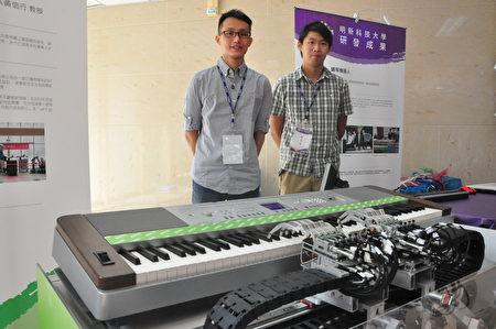 鋼琴機器人與研發的電機研究所學生。(賴月貴/大紀元)