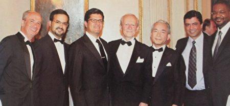 Miguel Canales博士(左3)应邀参加欧洲头发移植外科协会,分享ARTAS头发移植的经验和技术。(Miguel Canales提供)