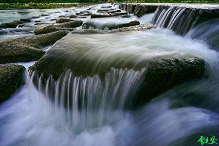 书中美丽的作品:竹北豆腐岩。(曾进发提供)