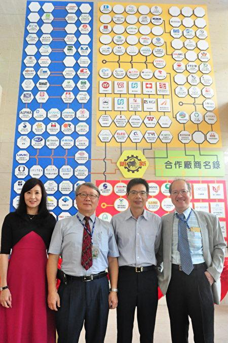 「合作廠商名錄」是在管理學院的牆上,設計一面氣勢宏偉的構圖,把上百家的廠商 logo繪製在一起,圖案設計者為研發處副研發長趙守嚴博士(左2)。(賴月貴/大紀元)