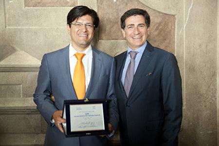 Miguel Canales博士(左1)接受意大利毛发修复外科学会颁发的科学贡献奖。(Miguel Canales提供)