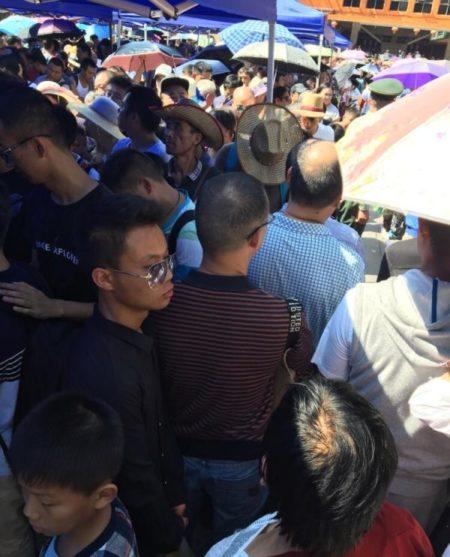 貴州省銅仁市梵淨山景區,有遊客排隊6小時仍沒有進入景區。圖為遊客正在排隊。(網絡圖片)