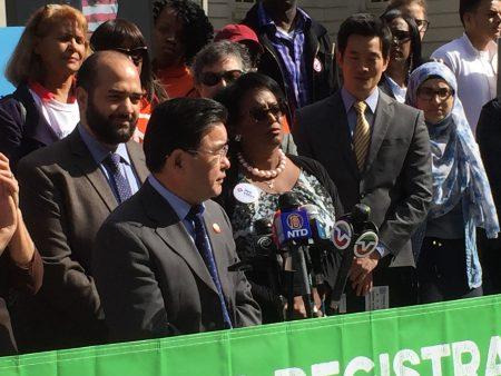 法拉盛市議員顧雅明在「學生選民登記日」推廣發布會上,呼籲華裔學生積極登記投票,事關自身利益。