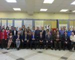 出席「慶祝中華民國105週年書畫展」的嘉賓與參展作者合照。 (蔡溶/大紀元)