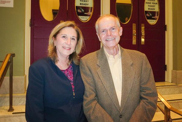 美國麻州西部Spencer-East Brookfield地區的總學監Tracy Crowe博士與丈夫Bob Crowe先生2016年10月21日晚在波士頓交響樂廳(Boston Symphony Hall)欣賞了神韻交響樂團的演出後,表示深切感受到天人聯繫的內涵。(秦川/大紀元)