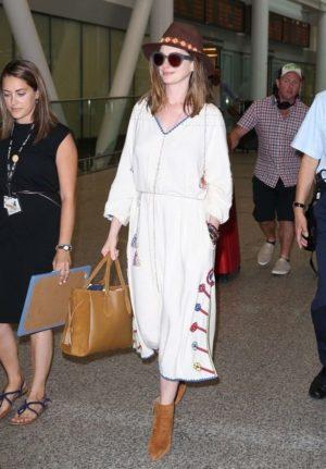 Anne Hathaway以一身民族图腾风的洋装搭配Longchamp Pénélope托特包准备前往参加多伦多国际影展。(Longchamp)
