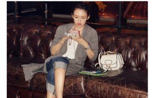 中国女星张子怡随身带着Miu Miu黛西亚马鞍包。(Miu Miu)