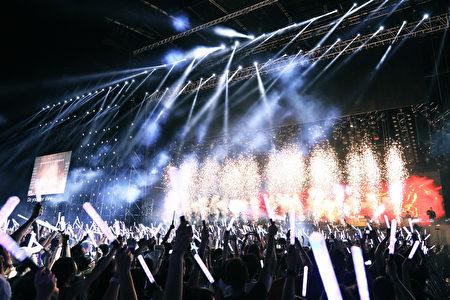 五月天《Just Rock It! 2016就是演唱会》10月22日,在吉隆坡默迪卡体育场户外开唱,吸引2万多位粉丝到场支持。 (图/星艺娱乐提供)