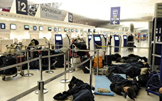 不得不在機場過夜的乘客。(MIGUEL MEDINA/AFP/Getty Images)