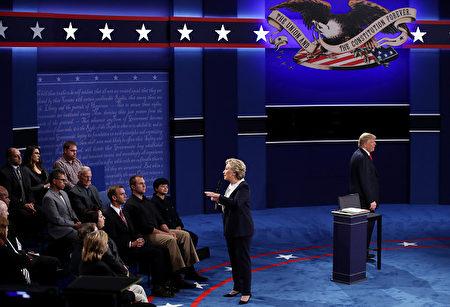 10月9日美国总统大选第二场辩论,袁金云(观众席前排右一)近距离见证了川普和希拉里的的辩论。(AFP)