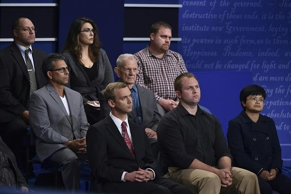 10月9日美国总统大选第二场辩论,袁金云(前排右一)近距离见证了川普和希拉里的的辩论。(AFP)
