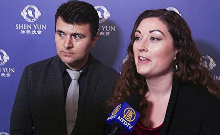 風險投資商Rafael LaVerde和女友Larissa Gonzales欣賞了10月29日芝加哥交響中心的神韻音樂會後感慨良多。(新唐人電視截圖)