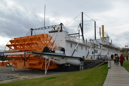 1.克朗迪克基一气轮船二号(The S.S. Klondike II)位于第二街南边尽头,甘贝尔桥(Robert Campbell Bridge)旁的育空河畔,是育空河最大船只之一的客货两用蒸气轮船。现已退役,被改造成景点。(陈怡然/大纪元)