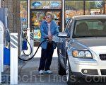 国际油价飙涨,达到九个月来新高点,有人预测还会攀高。图为一位加州老太太正在加油,此时油价在一加仑4.29美元。(摄影: 李欧 / 大纪元)