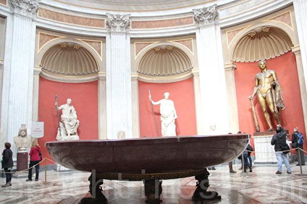 赤斑巨岩石雕浴缸