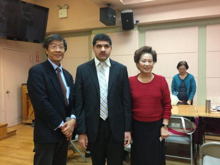 国会众议员第6选区共和党候选人苗承业(左)到台湾会馆拜票,右为台湾会馆老人中心会长林淑满,中为州众议员李罗莎的挑战者Usman Ali。