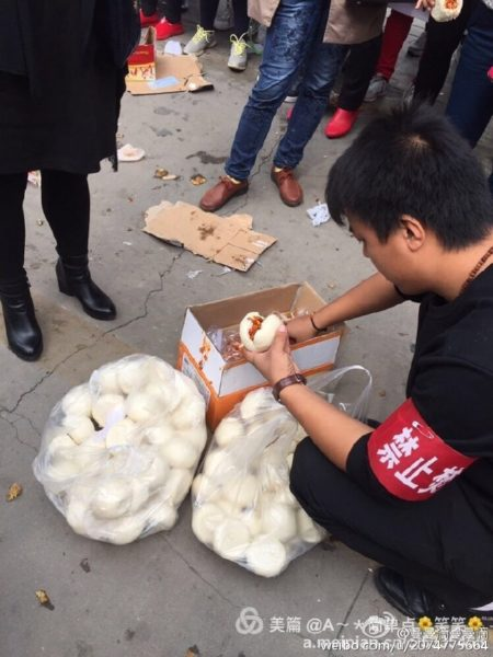 自10月11日开始,西安市高陵区数千民众游行示威,抗议当地政府在人口密集区域建垃圾焚烧厂。图为民众免费提供食物与水。(网络图片)