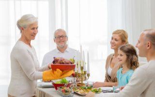 经过多年研究发现,晚餐时的对话可以让孩子快速积累词汇――这甚至比对孩子朗读更有效。(fotolia)