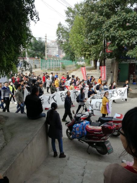 自10月11日开始,西安市高陵区数千民众游行示威,抗议当地政府在人口密集区域建垃圾焚烧厂。图为中学生参与抗议活动。(网络图片)