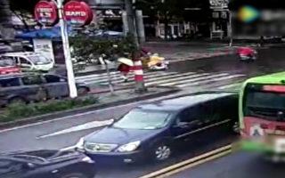 左側是武裝部長駕車逆行,擋住了右側村長駕駛的加長轎車。(網絡圖片)