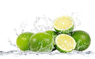 青檸檬汁可治愈或極大地加快一些致命疾病的治療進程,還有殺滅病菌、癌細胞和輔助戒菸的奇效。(Fotolia)