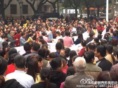 自10月11日开始,西安市高陵区数千民众游行示威,抗议当地政府在人口密集区域建垃圾焚烧厂。(网络图片)