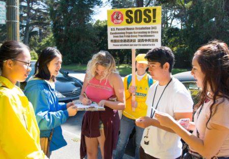旧金山湾区的法轮功学员在市区的各个主要景点和街道进行反活摘征签。(周容/大纪元)