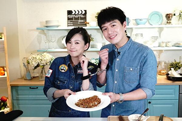 """艺人六月(左)近日以跟老公李易双人联手亲上《美味生活》的""""一秒变大厨""""全球华人直播料理节目做为复出第一站。(美味生活提供)"""