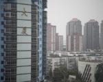 近日,大陆20个城市接连调控楼市。持续火热的楼市一夜变天,新房认购猛跌。  (FRED DUFOUR/AFP)